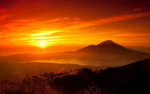 montanhas e sol